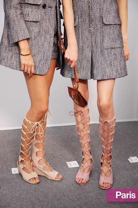 Chloé kết hợp dép sandal buộc dây cao tới gối với những chiếc váy ngắn quyến rũ.