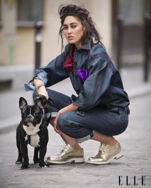 Khăn lụa, khăn tay lụa Charvet, Áo sơmi denim, quần jeans Chloé, Vòng tay Adeline Cacheux, Faith Connexion, Giày Sartore