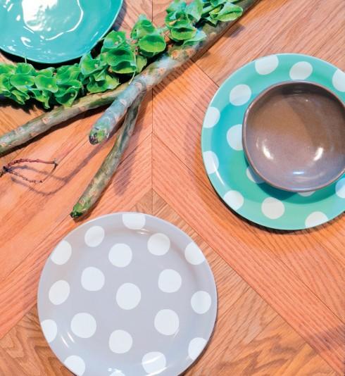 Chén 320.000đ (Sadec District) Đĩa chấm bi xanh và đĩa chấm bi xám 45.000đ (Decosy) Đĩa màu xanh ngọc 130.000đ (Amai) Bàn Drake 10.100.000đ (District Eight Design).