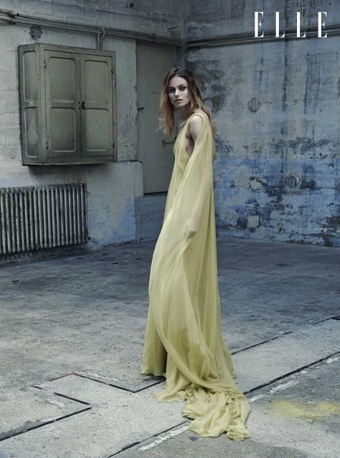 VALENTINO HAUTE COUTURE <br/>Đầm dài màu vàng bằng lụa chiffon