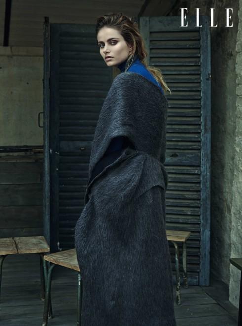 YIQING YIN COUTURE <br/>Áo choàng dài màu xám mặc cùng chân váy và áo cổ lọ màu xanh dương