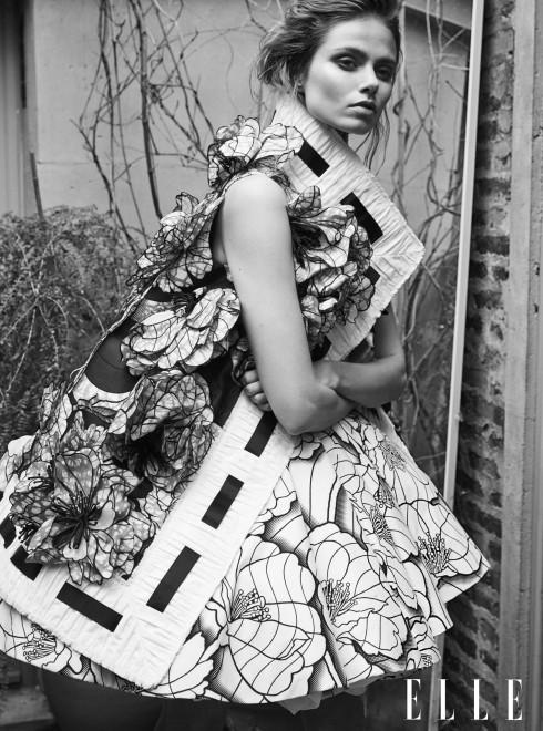 VIKTOR&amp;ROLF HAUTE COUTURE <br/>Đầm cotton in mặc cùng áo khoác đính hoa