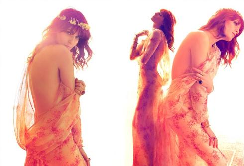 """<strong>Florence and the Machine</strong> <br><br> Sự nghiệp ca hát của nhóm nhạc Florence and the Machine chỉ mới khởi đầu ở hai album """"Lungs"""" và """"Ceremonial"""", nhưng cả hai album đều mang lại cho nhóm nhạc này rất nhiều giải thưởng giá trị, trong đó bao gồm hai lần nhận giải """"Musician of the year"""" từ Elle Style Awards. Chất âm nhạc ma mị, kết hợp giữa thể loại folk và indie rock tạo nên yếu tố thành công của nhóm và nữ ca sĩ chính của nhóm - Florence Welch cũng mang yếu tố ấy vào phong cách ăn mặc của mình. <br><br> Khi liên tục xuất hiện trong những sự kiện lớn của giới showbiz, người ta còn nhận thấy Florence Welch trở thành """"nàng thơ"""" của rất nhiều nhà thiết kế đương đại: Karl Lagerfeld, Sarah Burton, Ricardo Tisci, Frida Giannini… luôn ưu ái dành tặng cho cô những mẫu thiết kế đẹp nhất."""