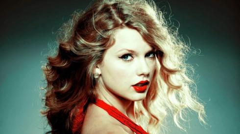 Taylor Swift với màu son đỏ quyến rũ