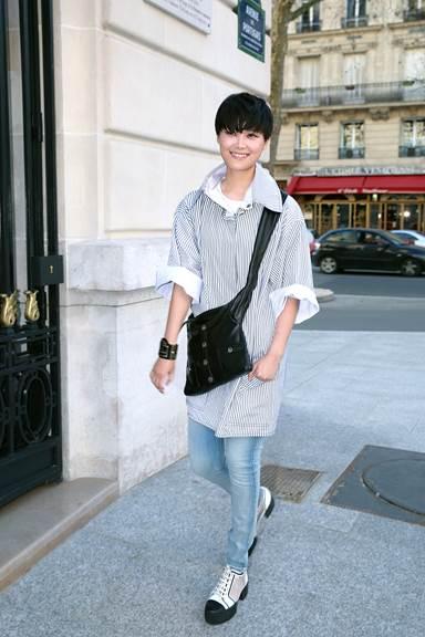 Ca sỹ người Hoa Chris LEE mang túi Girl CHANEL bằng da màu đen tại Paris