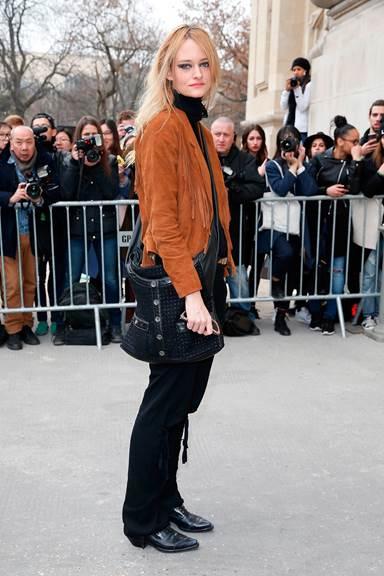 Người mẫu Nadine STRITTMATTER mang túi Girl CHANEL bằng vải tweed đa sắc và da màu đen tại Paris