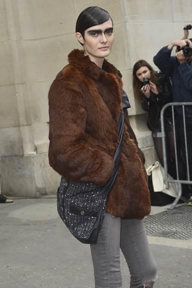 Người mẫu Sam ROLLINSON mang túi Girl CHANEL bằng vải tweed đa sắc và da màu đen tại Paris