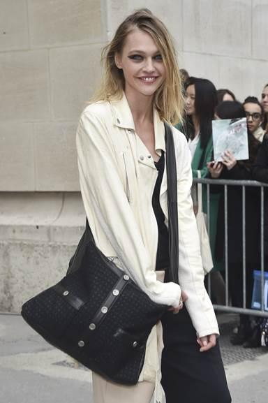 Người mẫu Sasha PIVOVAROVA mang túi Girl CHANEL bằng vải tweed và da màu đen tại Paris