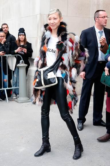 Người mẫu Soo JOO mang túi Girl CHANEL hai tông màu tại Paris