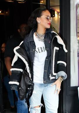 RIHANNA mang túi Girl CHANEL bằng da màu đen tại Paris