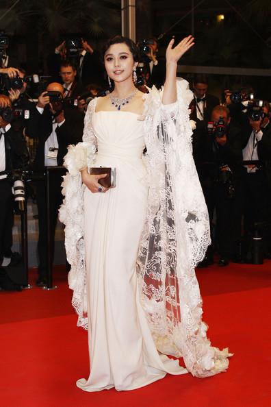 Đầm dạ hội trắng của Elie Saab Couture.