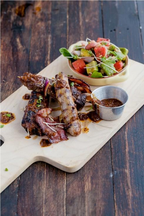 Thịt nướng hỗn hợp the KAfe với sốt ớt chipotle & sa lát Mexico (thịt bò Úc xiên nướng, xúc xích thịt lợn, ba chỉ xông khói)