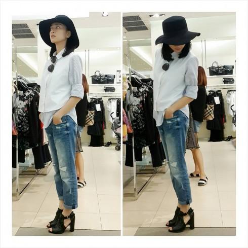 Phong cách phối trang phục quần jeans xanh và sơ mi trắng trở thành hình ảnh quen thuộc của Ngô Thanh Vân