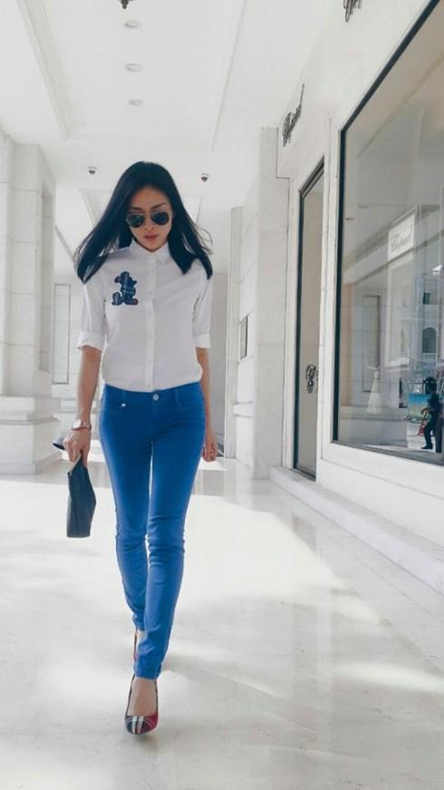 Ngô Thanh Vân chọn cách phối trang phục tinh tế với sơ mi trắng và quần jenas ôm tôn dáng.