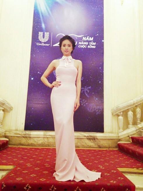 Nữ tính nhưng không kém phần tinh tế trong chiếc váy tone hồng.