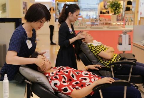 Hình ảnh khách hàng khi được các chuyên viên chăm sóc da mặt
