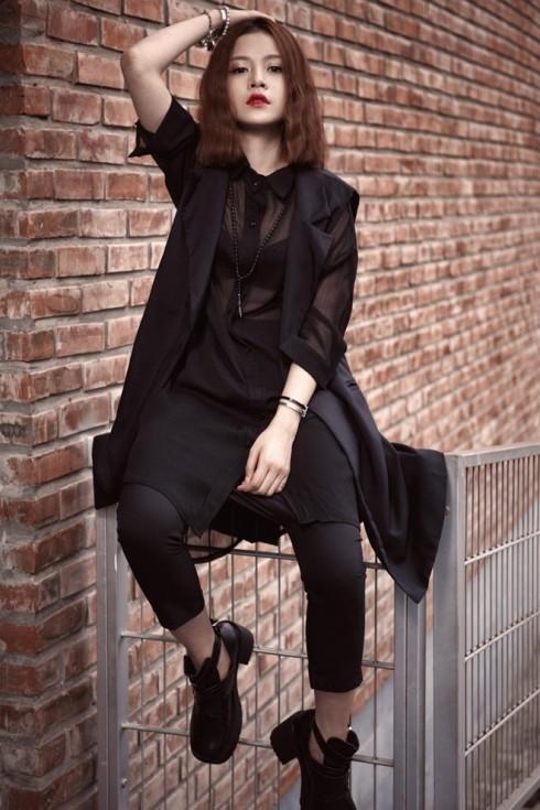 """Một Chi Pu lạ lẫm và """"ma quái"""" khi diện cây đen với điểm nhấn là áo sơ mi và áo khoác xuyên thấu."""