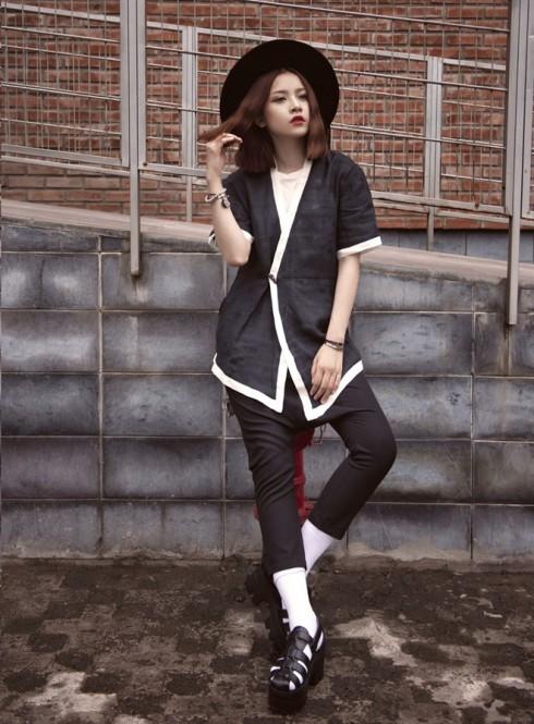 Chi Pu luôn bắt kịp khá nhanh với các xu hướng thời trang đang thịnh hành. Trong bộ cánh tông màu đen, Chi Pu toát lên nét đẹp gợi cảm cùng kiểu trang điểm tạo điểm nhấn ở đôi môi đỏ đậm và vẽ mắt mèo càng làm cô gái trẻ thêm phần cuốn hút.