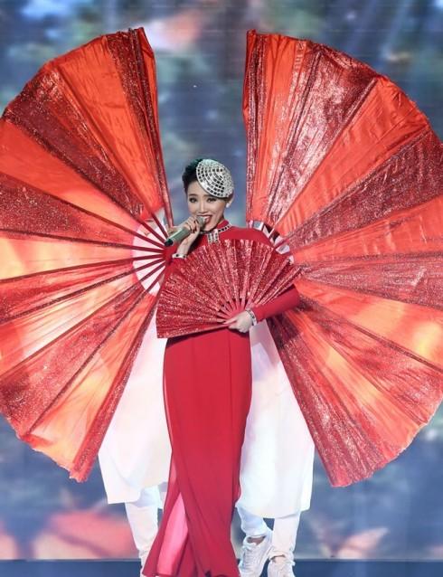 Tóc Tiên rạng rỡ bừng sáng tại The Remix trong một thiết kế của Lý Quí Khánh.