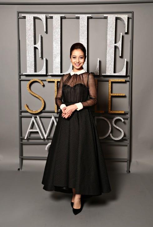 Hoa Hậu Jenifer Phạm dù mới sinh con gái chưa lâu nhưng trông cô rất thanh mảnh trong một thiết kế Lê Thanh Hòa