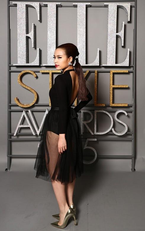 Ca sĩ Hoàng Thùy Linh táo bạo với đầm xuyên thấu trong trang phục của NTK Lâm Gia Khang. Cô còn khéo tạo nên sự khác biệt với kiểu tóc đuôi ngựa biến tấu từ nhà mốt Dior.