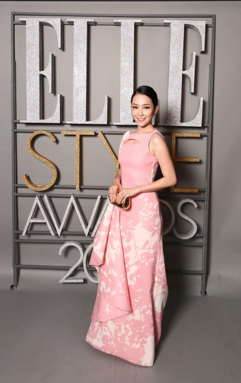 Diễn viên Linh Nga đài các dịu dàng với bộ trang phục hồng họa tiết trắng của NTK Phương My
