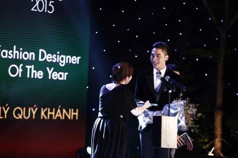 Lý Quí Khánh được bà Taeko Kumazawa, ELLE Japan Editor, trao giải