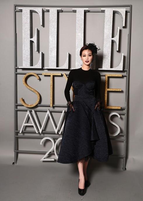 Người đẹp Khánh My thần thái cuốn hút trong bộ trang phục đen, đội mũ kiểu hoàng gia - một thiết kế của NTK Lâm Gia Khang.