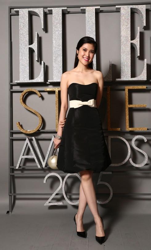 Trần Thu Hằng khoe vai trần nuột nà với mẫu váy quây đen, phối nơ trắng cùng clutch cầm tay thiết kế độc đáo