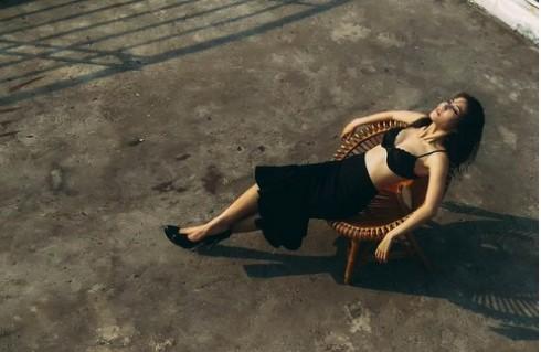 Ướt át và dịu dàng, sâu kín mà sôi nổi, đằm thắm mà bạo liệt là những cảm xúc lẫn lộn của một cô gái đang yêu.