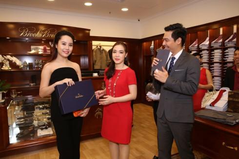 Bà Đặng Thảo Nhu - GĐ điều hành thương hiệu trao giải may mắn cho khách hàng tham dự khai trương