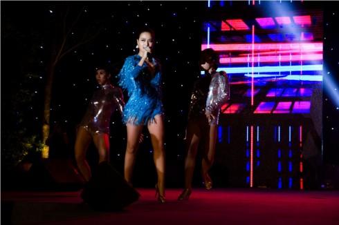Ca sĩ Hoàng Thùy Linh biểu diễn trên sân khấu ELLE Style Awards