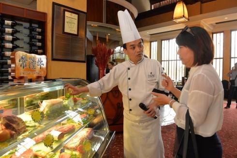 Nhân viên Sheraton Hanoi tư vấn khách hàng