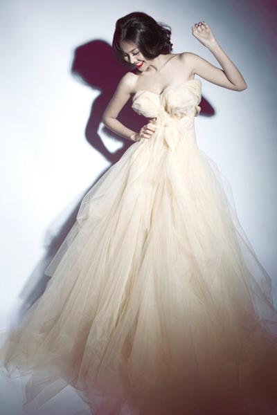 Thanh Hằng lộng lẫy trong trang phục cô dâu của Lý Quý Khánh