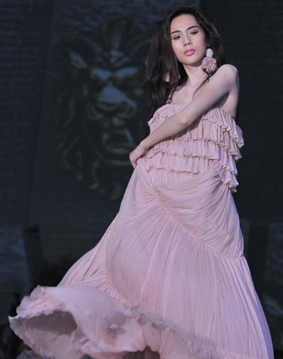 Thủy Tiên đẹp dịu dàng làm Vedette trong một show thời trang của Lý Quý Khánh