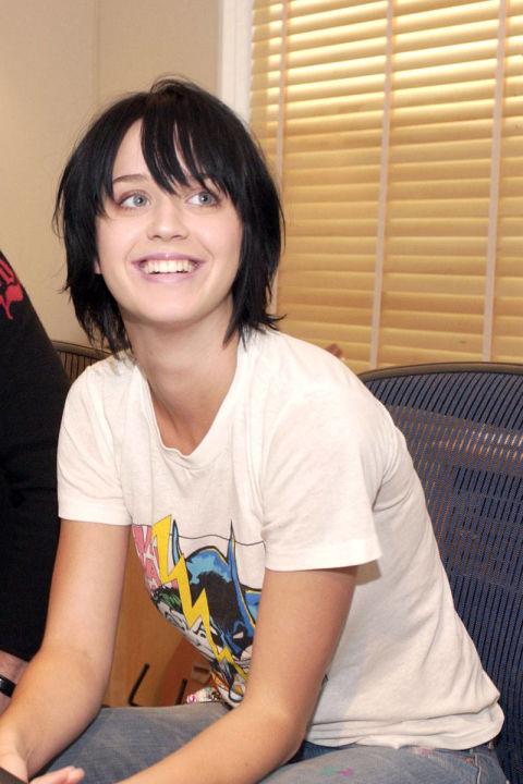 """Vào năm 2001, sau khi phát hành album đầu tiên """"Katy Hudson"""", Katy Perry đơn thuần chỉ là một cô gái mới chập chững tiến vào showbiz. Lần đầu tiên xuất hiện trên thảm đỏ của West Hollywood vào ngày 26/10/2002, Katy giản dị với mái tóc đen ngắn và áo phông trắng."""