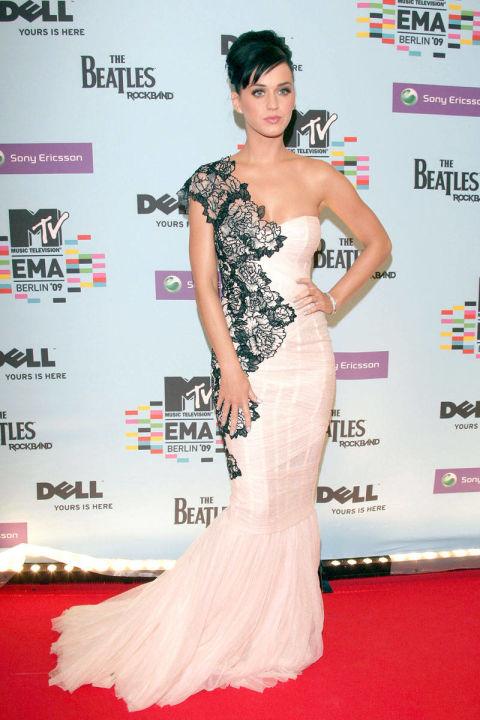 Katy Perry khoác lên mình bộ váy trắng đuôi cá cùng họa tiết ren tinh tế được đắp phía bên trái của Marchesa tại MTV Europe Music Awards năm 2009.