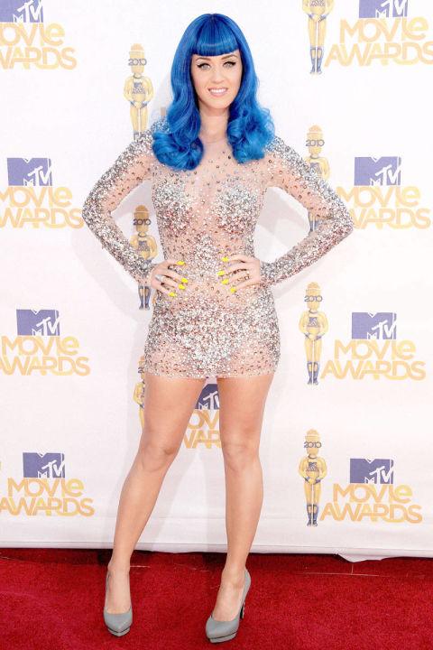 Sự xuất hiện của giọng ca Firework ở MTV Movie Awards năm 2010 là một sự kiện đặc biệt đánh dấu bước ngoặc mới về phong cách thời trang mới cùng jumpsuit đính đá cầu kỳ của NTK Zuhair Murad và đồng thời giúp cô lăng xê xu hướng màu tóc neon (trong MV California Gurls).