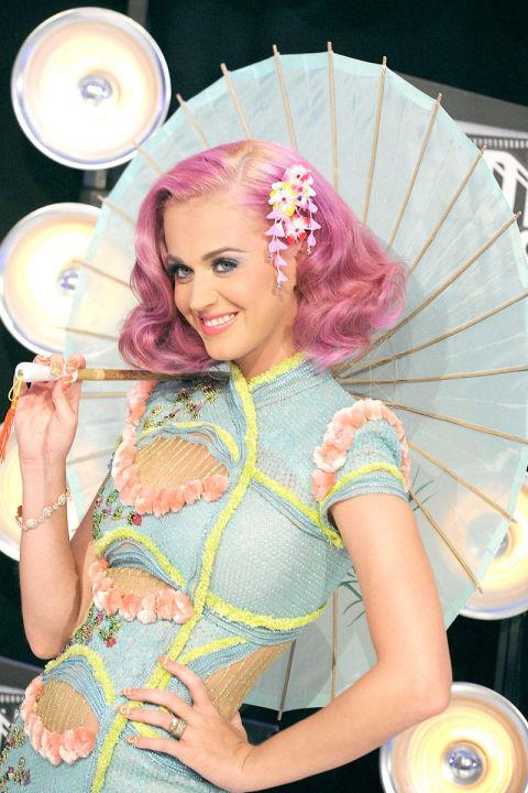 Katy Perry khiến mọi người phải trầm trồ vì bộ trang phục mang đậm dấu ấn phương Đông của Atelier Versace và mái tóc ombre tại lễ trao giải hằng năm của MTV Video Award.