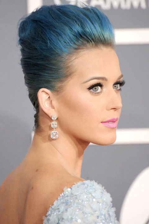 Tại lễ trao giải Grammy lần thứ 54, Katy xuất hiện với mái tóc xanh rực rỡ cũng make up ton sur ton.