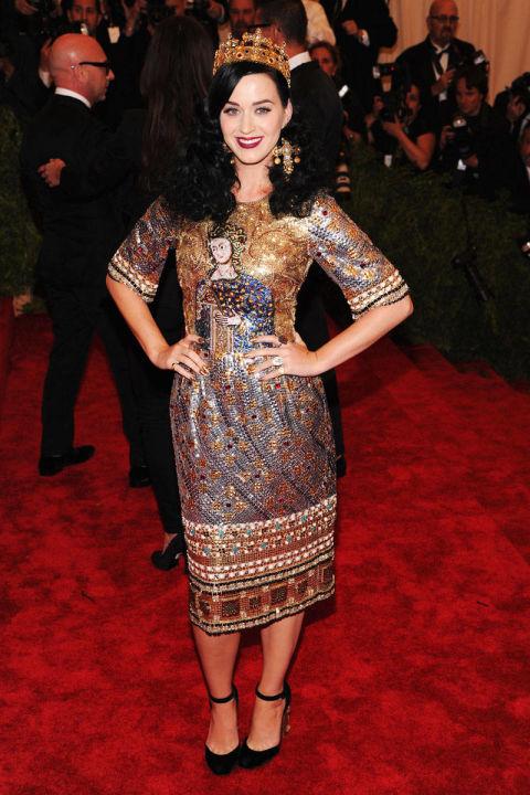 Katy Perry sang trọng cùng bộ váy sequin và giày của Dolce & Gabbana tại buổi gặp mặt