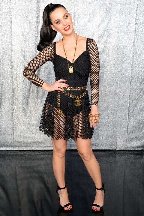 Katy Perry ngổ ngáo cùng váy lưới cùng thắt lung của Chanel tại buổi trao giải MTV European Music Awards tại Amsterdam.