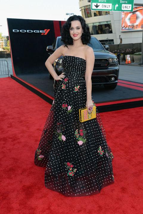 Đến lễ trao giải American Music Awards năm 2013, Katy diện váy chấm bi đen trắng điểm xuyết họa tiết hoa thêu của NTK Oscar de la Renta.