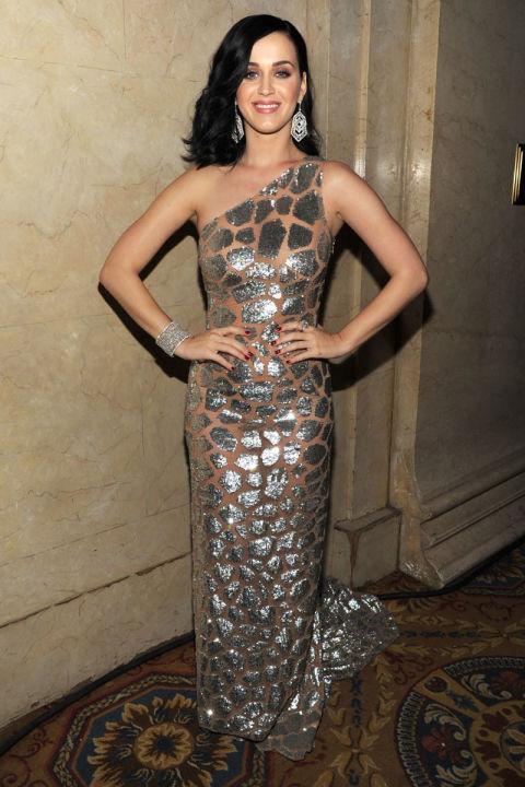 Katy chụp tại UNICEF Snowfake Ball cùng bộ váy họa tiết da báo ánh kim của NTK Michael Kors.