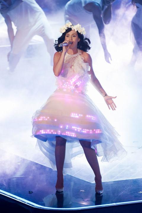 Katy trong trang phục váy trắng được gắn đèn LED ấn tượng trong đêm bán kết của cuộc thi The Voice ở Đức.