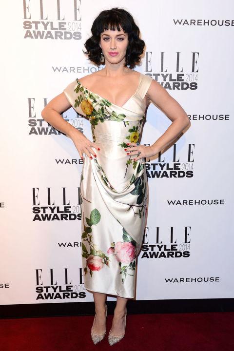 Katy tạo dáng trước máy ảnh với bộ trang phục bằng lụa mang hơi hướng hoài cổ của NTK Vivienne Westwood tại ELLE UK Style Award.