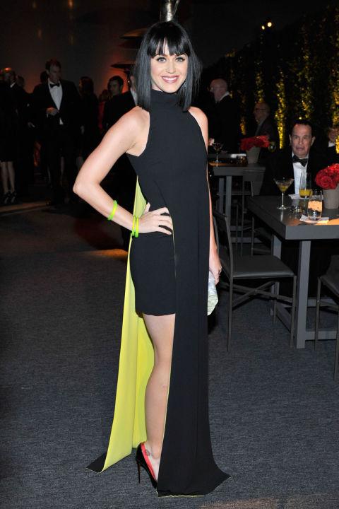 Katy cùng bộ váy Versace cut out ấn tượng tại MOCA's 35th Anniversary Gala tại Los Angeles.