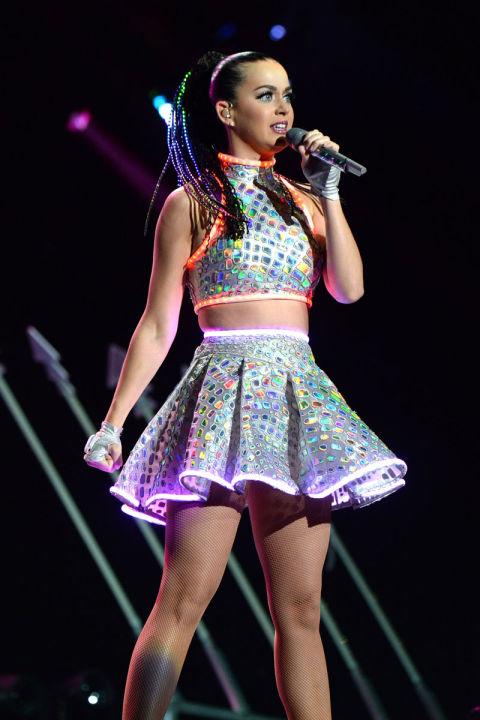 Katy hát tại quãng trường Madison trong tour lưu diễn khắp thế giới Prismatic trong trang phục áo crop top và váy có đèn LED của NTK Roberto Cavalli