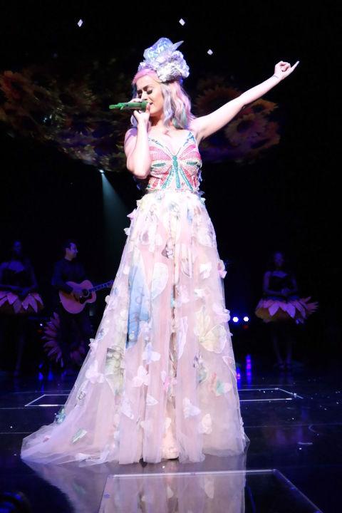 Katy hát tại quãng trường Madison trong tour lưu diễn khắp thế giới Prismatic trong trang phục sang trọng của Valentino.