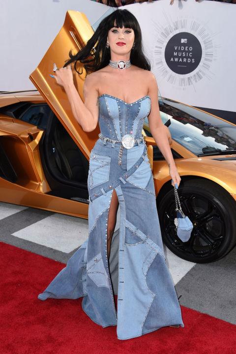 Bộ váy denim được lấy cảm hứng từ Britney Spears của hãng Versace đã biến Katy Perry thành tâm điểm của lễ trao giải MTV Video Music Awards.